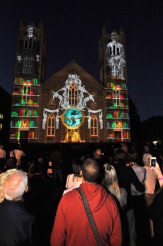 Plus de 400 personnes étaient présentes au lancement de la magnifique vidéoprojection sur la façade de l'église Saint-Laurent. (Groupe CNW/Ville de Montréal - Arrondissement de Saint-Laurent)