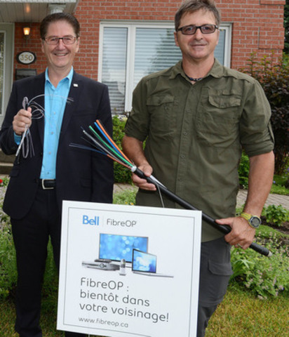 From left to right, Luc Vandal, Sales Manager, East of Québec and Rémi Lavoie, Project Manager FiberOp network, holding a strand of fibre like the one installed in the new Bell Aliant network. (CNW Group/Bell Aliant Inc.)
