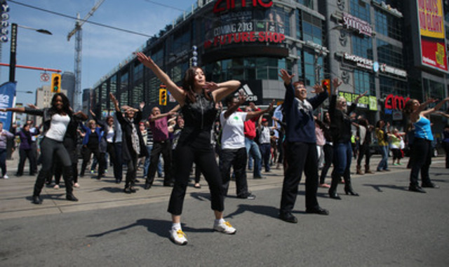 Flash mob treats onlookers to impromptu noontime performance in support of June 9 Walk to Fight Arthritis (CNW Group/The Arthritis Society - Ontario Division)