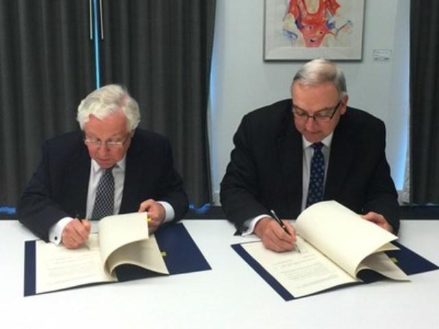 Le commissaire de la concurrence, John Pecman, et le président de la Commission du commerce de la Nouvelle-Zélande, Mark Berry signent une entente de coopération pour améliorer le soutien dans les affaires transfrontalières d'application des règles de concurrence (Groupe CNW/Bureau de la concurrence)