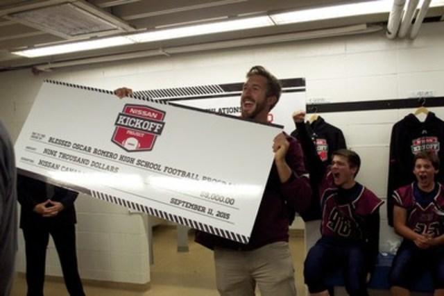Nick Dagg, entraîneur en chef à l'école secondaire Oscar Romero d'Edmonton, et ses élèves à l'annonce que le programme Coup d'envoi Nissan offrira à leur programme de football le soutien dont il avait grandement besoin (Groupe CNW/Nissan Canada Inc.)