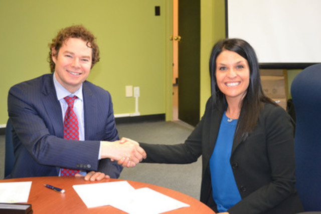 Sophie Bergeron, directrice générale CAVAC Centre-du-Québec et M. Louis Morisset, PDG Autorité des marchés financiers. (Groupe CNW/Autorité des marchés financiers)