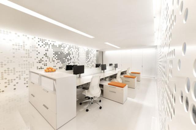 Teknion a inauguré aujourd'hui sa salle de montre redessinée de Montréal. La salle de montre présente la gamme complète des systèmes de bureau réalisés par Teknion, dont la table de travail Marketplace assortie d'options de rangement District illustrée ici. Faisant écho aux produits, la conception de la salle de montre met l'accent sur l'utilisation intelligente de l'espace, de la lumière et des ressources matérielles.(Groupe CNW/Teknion Corporation)