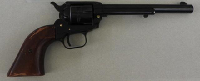 Le revolver chargé de calibre .22 et les chargeurs de pistolet semi automatique saisis auprès de M. Buice par la région du Pacifique de l'ASFC. (Groupe CNW/Agence des services frontaliers du Canada)