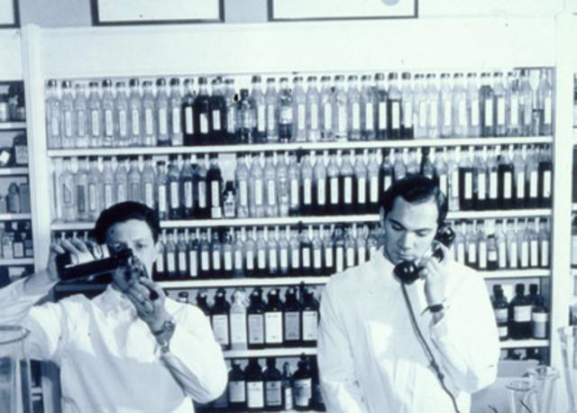 Ancien cliché d'une des premières pharmacies Shoppers Drug Mart. Aujourd'hui, les pharmaciens-propriétaires et pharmaciens des magasins Shoppers Drug Mart et pharmacies affiliées à Pharmaprix qui célèbrent le 50e anniversaire de la société exécutent près de 100 millions d'ordonnances par an. (Groupe CNW/Corporation Shoppers Drug Mart)