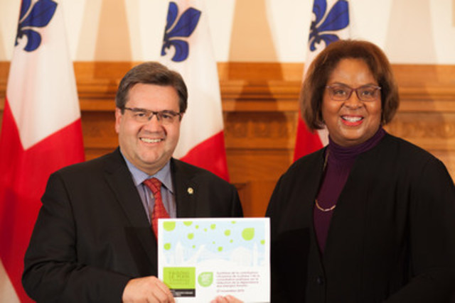 Dominique Ollivier, présidente de l'OCPM a remis aujourd'hui, au maire de Montréal et à la délégation qui l'accompagnera à la conférence de Paris sur les changements climatiques COP21, la synthèse des idées citoyennes reçues à ce jour dans le cadre de la consultation publique sur la réduction de la dépendance aux énergies fossiles. (Groupe CNW/Office de consultation publique de Montréal)