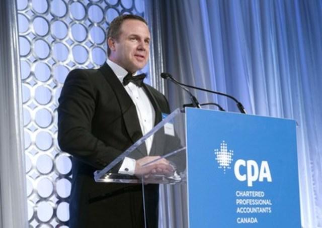 Goldcorp remporte les grands honneurs aux Prix d'excellence en information d'entreprise 2015, concours organisé par les Comptables professionnels agréés du Canada. Brent Bergeron, de Goldcorp, reçoit le prix le mercredi 9 décembre 2015, à Toronto.  (Groupe CNW/CPA Canada)