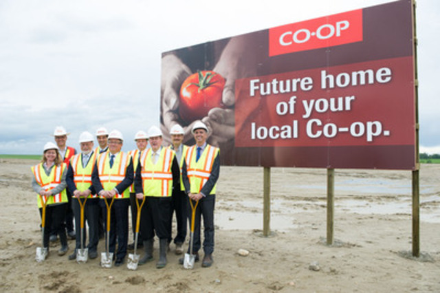 Calgary Co-op celebrates their new Strathmore location with His Worship Michael Ell (Mayor of Strathmore), Dwight Stanford  (Chief Administrative Officer, Town of Strathmore) ‎and the team from Elan Construction. (CNW Group/Calgary Co-Operative Association Limited (Calgary Co-op))