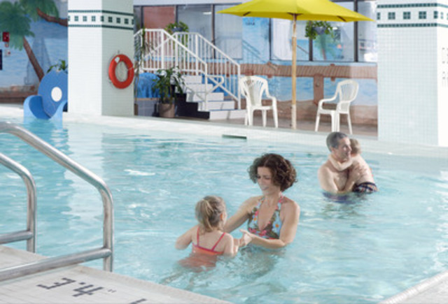 "Family Pool with indoor waterslide, ""Corkscrew"" (CNW Group/Delta Chelsea Hotel)"