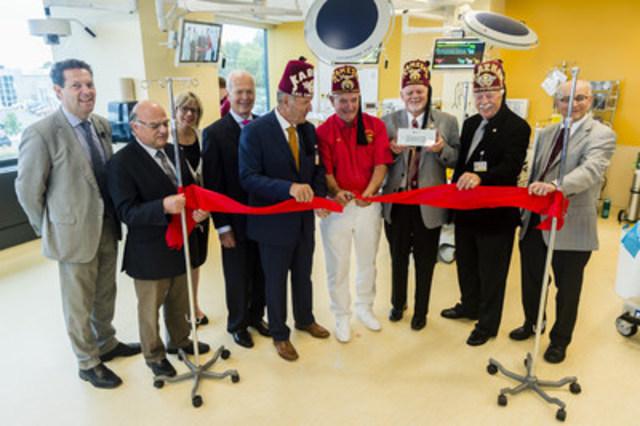 Les dirigeants de L'Hôpital Shriners pour enfants - Canada et les membres du Club Shriners de Kingston, inaugurent le premier Centre de simulation pédiatrique dans le réseau des Hôpitaux Shriners pour enfants (Groupe CNW/Hôpital Shriners pour enfants)