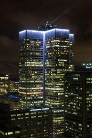 Première illumination de l'immeuble emblématique Place Ville Marie à l'aube du 375e anniversaire de Montréal. Pour la prochaine année, les Montréalais et les visiteurs pourront profiter de cet éclairage unique et distinctif qui marquera également le changement de chaque heure d'obscurité par une pulsation d'ombres et de lumières. (Groupe CNW/Ivanhoé Cambridge)
