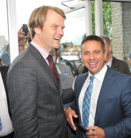 Roland Dick procède à l'ouverture de son bureau de campagne dans la circonsciption de Laval - les îles, en présence de l'honorable Chris Alexander. (Groupe CNW/Association Conservatrice Laval-les Iles)