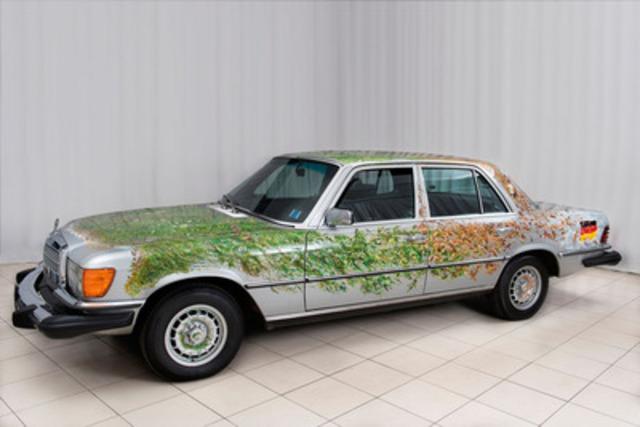 Une voiture pour toutes les saisons, œuvre de Tom Forrestall, exposée à la célèbre Galerie d'art Beaverbrook du Nouveau-Brunswick (Groupe CNW/Mercedes-Benz Canada Inc.)
