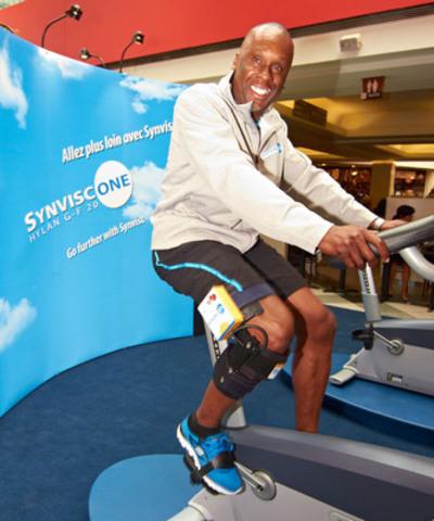 Le sprinter olympique Bruny Surin fait l'essai du simulateur d'arthrose Synvisc-One de Sanofi. L'attelle pour le genou haute technologie imite la douleur et la perte de mobilité associées à l'arthrose du genou. (Crédit photo : Synviscone.ca) (Groupe CNW/SANOFI CANADA)