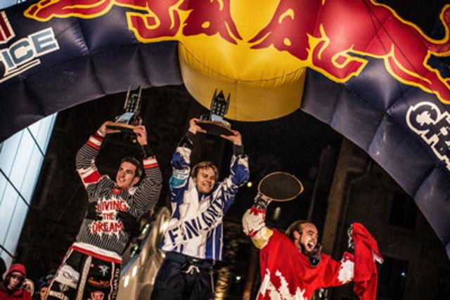 (de gauche à droite) Les vainqueurs de la finale du Championnat du monde de ice cross downhill brillent sur le podium lors de l'étape à Québec: Scott Croxall, de Mississauga en Ontario, deuxième, Arttu Pihlainen, de la Finlande, premier, et Derek Wedge, de la Suisse, troisième. Le samedi 16 mars, plus de 100 000 spectateurs ont applaudi les trois champions qui ont dévalé la piste urbaine glacée située dans le Vieux-Québec. (Groupe CNW/Championnat du monde Red Bull Crashed Ice)
