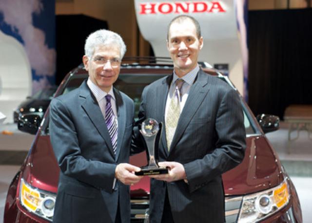 Geoff Helby, directeur régional, ALG Canada, remet le prix de la meilleure valeur résiduelle 2012 pour l'Odyssey de Honda à Jerry Chenkin, vice-président directeur, Honda Canada Inc., au Salon international de l'auto du Canada. (Groupe CNW/Honda Canada Inc.)