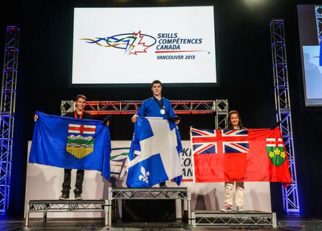 Nicolas Bérubé du Québec, Lucas Salomons de l'Alberta et Catherine Elizabeth de l'Ontario, ont gagné une médaille en or, en argent et en bronze respectivement pour le niveau secondaire dans le concours de peinture automobile aux Olympiades canadiennes des métiers et des technologies. (Groupe CNW/SKILLS/COMPETENCES CANADA)