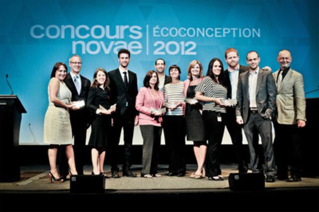 Présents sur la photo : Mickaël Carlier, président, Novae; Guy Belletête, directeur général, Institut de développement de produits; Accompagnés des gagnants du Concours Ecoconception 2012. (Groupe CNW/NOVAE)