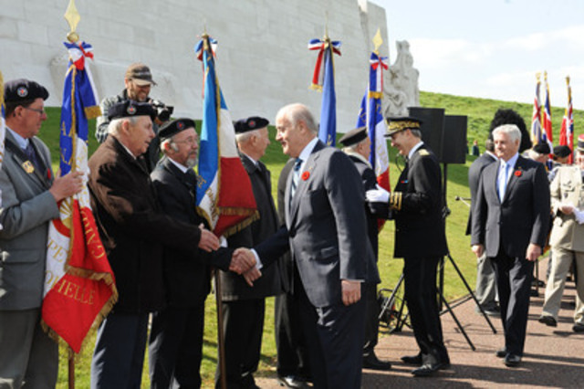 Minister Julian Fantino thanks a member of the Guard of Honour from Notre-Dame-de-Lorette (France) after the ceremony marking the 97th anniversary of the Battle of Arras at Vimy Ridge. (CNW Group/Veterans Affairs Canada)