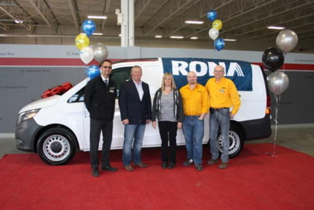 De gauche à droite : Mark Hurst (gestionnaire des comptes clés, fourgons, Mercedes-Benz Edmonton West), Paul Hobbs (directeur des opérations du district de l'Alberta centrale, RONA), Karen Aleniuk (gagnante), Glen Reap (Contrats de vente, RONA Edmonton Southside), Bill McGregor (directeur, RONA Edmonton Southside). (Groupe CNW/Mercedes-Benz Canada Inc.)