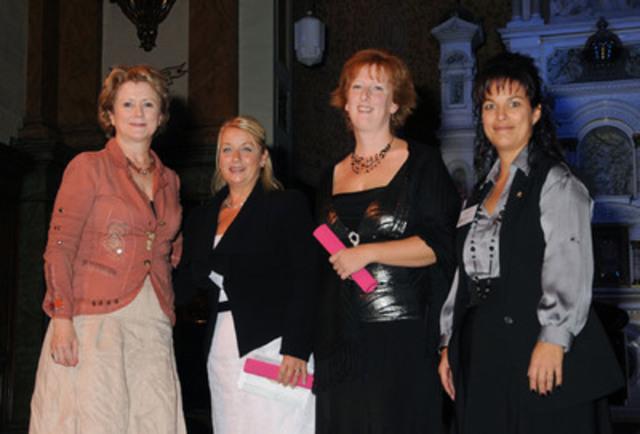 De gauche à droite : Madame Gyslaine Desrosiers, Madame Nicole Beaudin, Madame Christiane Roy, et Madame Claudia Gallant, présidente de l'ORIIQ. (Groupe CNW/ORDRE DES INFIRMIERES ET INFIRMIERS DU QUEBEC)