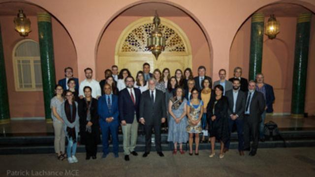 Marrakech, le 14 novembre 2016. - Le premier ministre du Québec, Philippe Couillard, et le ministre du Développement durable, de l''Environnement et de la Lutte contre les changements climatiques, David Heurtel, ont rencontré les représentants de la société civile québécoise présents à la 22e Conférence des Parties à la Convention-cadre des Nations Unies sur les changements climatiques (COP22) à Marrakech au Maroc. (Groupe CNW/Cabinet du premier ministre)