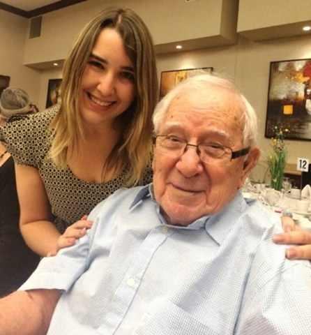 Âgé de 98 ans, monsieur Barrette a trouvé une  famille auprès des Petits Frères et une amie en madame Heck, bénévole au sein de l'organisme. Crédit photo : Gilles Pilette. (Groupe CNW/Les Petits Frères)
