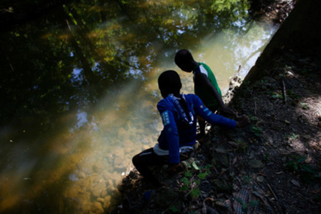 Marta Iwanek took this photo of Imani King, 10 and Izmael Brutus, 10, playing by the water and looking for fish and crabs in Chalkfarm Park in Toronto, August 19, 2014, for the Toronto Star. (Marta Iwanek/ Toronto Star) (CNW Group/Canadian Journalism Foundation)