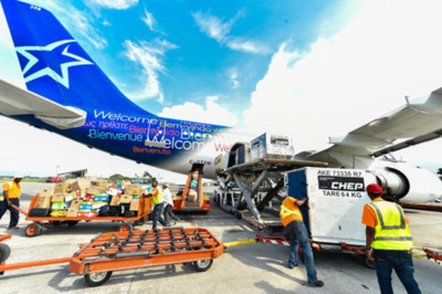 Déchargement à Port-au-Prince. (Groupe CNW/Transat A.T. Inc.)