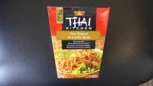 Thai Kitchen Thai Peanut Rice Noodle and Sauce Take Out Box Front and Back Label (CNW Group/McCormick Canada)
