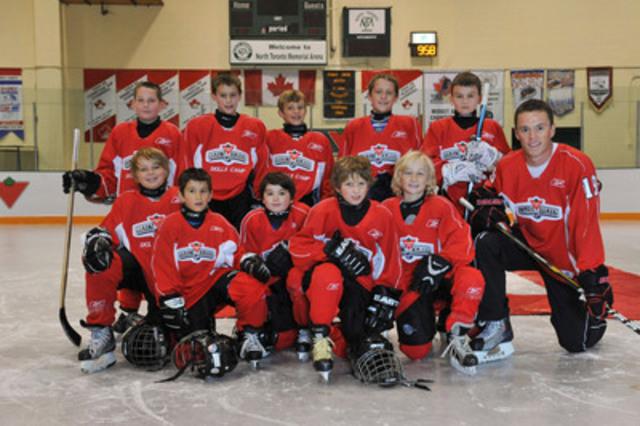 Jonathan Toews, membre fondateur de l'École de hockey Canadian Tire(MC), est accompagné de jeunes hockeyeurs pour annoncer la tenue du Défi technique junior de la LNH Canadian Tire. Les finalistes se mesureront durant le Week-end du Match des Étoiles de la LHN(MC) à Ottawa. Pour plus de renseignements, rendez-vous sur le site www.ecole de hockeycanadiantire.ca (Groupe CNW/Société Canadian Tire Limitée)