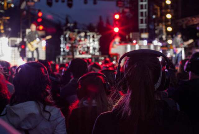 "Concert goers ""listening"" to the inaugural Quietest.Concert.Ever. (CNW Group/Parks Canada)"