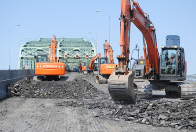 Paving work on the Champlain Bridge roadway during the first weekend of the BLITZ, in spring 2012. Dozens of mechanical shovels are busy removing the existing pavement on Saturday morning, in order to proceed with laying the new asphalt at nightfall. (CNW Group/The Jacques Cartier and Champlain Bridges Incorporated)