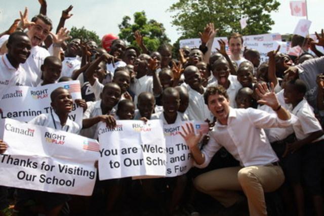 Le premier ministre canadien Justin Trudeau a profité d'une pause de ses fonctions officielles pour se joindre à un groupe d'élèves de 11 et 12 ans de l'école publique Slip Way, à Monrovia. Le premier ministre visitait cette école pour constater les progrès réalisés grâce au programme d'apprentissage axé sur le jeu Jouer pour l'avancement de l'éducation de qualité (JAEQ), un programme de deux ans financé par le gouvernement du Canada par l'intermédiaire d'Affaires mondiales Canada. Le programme JAEQ, mis en œuvre en partenariat avec l'organisme canadien sans but lucratif Right To Play, vise à faciliter l'accès des enfants, et en particulier des filles, à une éducation de qualité. (Groupe CNW/Right to Play)