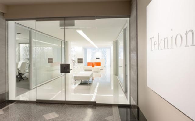 Teknion a inauguré aujourd'hui sa salle de montre redessinée de Montréal. Située dans le prestigieux Édifice Dominion Square, la salle de montre est inscrite au Conseil du bâtiment durable du Canada en vue d'obtenir la certification LEED-CI Platine. La salle de montre a été dessinée par Vanderbyl Design. Kiva Design est l'architecte désigné.(Groupe CNW/Teknion Corporation)
