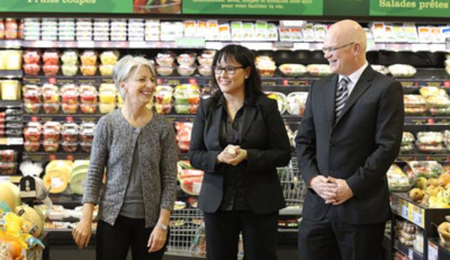 L'honorable Leona Aglukkaq, ministre de la Santé, et David Wilkes, du Conseil canadien du commerce de détail, reçoivent des conseils de la diététiste professionnelle Carol Dombrow, de la Fondation des maladies du cœur du Canada, à l'occasion du lancement de la nouvelle phase de la campagne de saine alimentation. (Groupe CNW/Santé Canada)