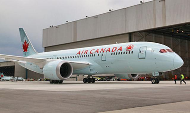 Le vol AC7008, le premier vol d'Air Canada assuré au moyen d'un appareil 787 Dreamliner, garé au hangar à l'aéroport international Lester B. Pearson de Toronto. (Groupe CNW/Air Canada)