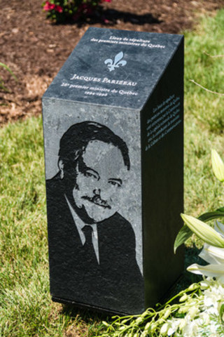 La borne signalétique de Jacques Parizeau @Jacques Savard pour Magnus Poirier Inc. (Groupe CNW/Commission de la capitale nationale du Québec (CCNQ))