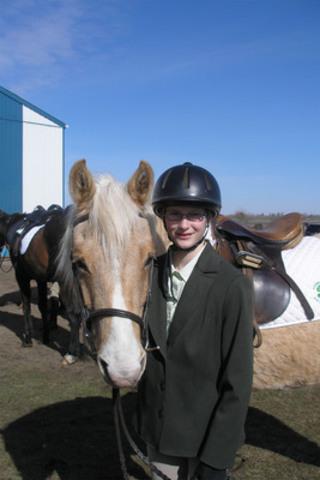 Claire Sandercock, 14 ans, a gagné un MacBook Pro 13 pouces en expliquant comment elle épargne en vue d'acheter un cheval. (Groupe CNW/Agence de la consommation en matière financière du Canada)