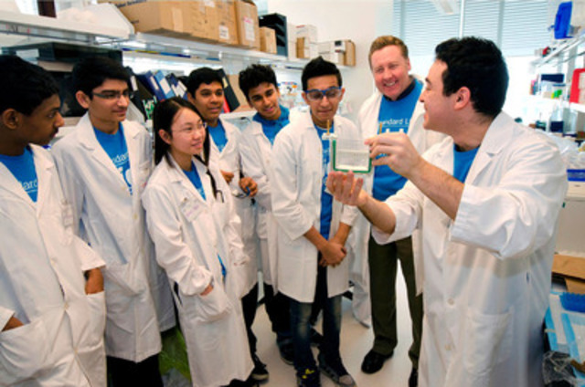 Randy Ellig frm Standard Life with students and a researcher at the Peter Gilgan Centre for Research and Learning at SickKids (CNW Group/Standard Life)