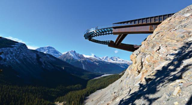 La beauté saisissante du secteur du champ de glace Columbia et la passerelle des Glaciers de la société Brewster Travel Canada (Groupe CNW/Parcs Canada)
