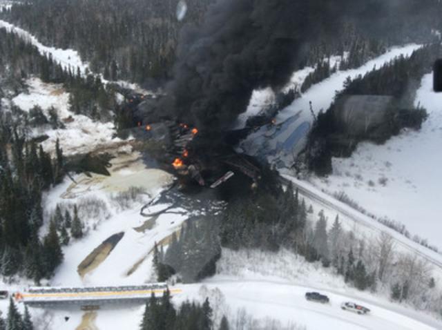 Photo aérienne du déraillement, du déversement et de l'incendie (vue vers le nord-ouest) (Groupe CNW/Bureau de la sécurité des transports du Canada)