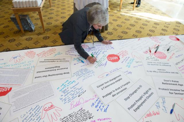 Diane Milne, une infirmière autorisée de Vancouver, ajouter son nom à une liste toujours plus longue d'infirmières et infirmiers qui demandent la fin des réductions dans les systèmes de santé, environnementaux et sociaux du Canada. Plus de 800 infirmières et infirmiers sont réunis à Vancouver lors du congrès biennal de l'Association des infirmières et infirmiers du Canada (Groupe CNW/ASSOCIATION DES INFIRMIERES ET INFIRMIERS DU CANADA)