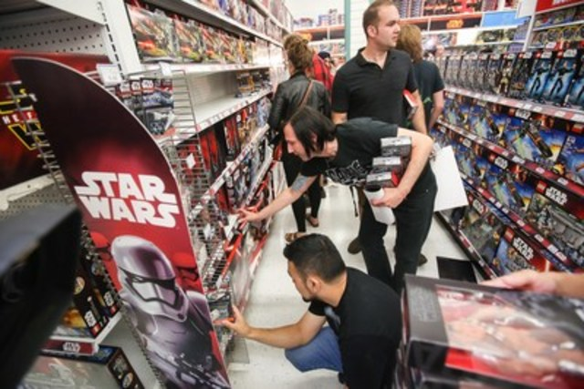 """Toys""""R""""Us customers were among the first in Canada to get their hands on the newest Star Wars(TM) toys and collectibles at midnight opening events across Canada on #ForceFriday, September 4. (CNW Group/Toys """"R"""" Us (Canada) Ltd.)"""