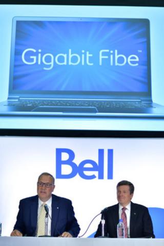 Le chef de la direction de Bell, George Cope, et le maire John Tory ont annoncé aujourd'hui le déploiement auprès des consommateurs de Toronto de Fibe gigabit de Bell - le service Internet le plus rapide. À partir de la gauche, George Cope, chef de la direction de Bell et John Tory, maire de Toronto. (Groupe CNW/Bell Canada)