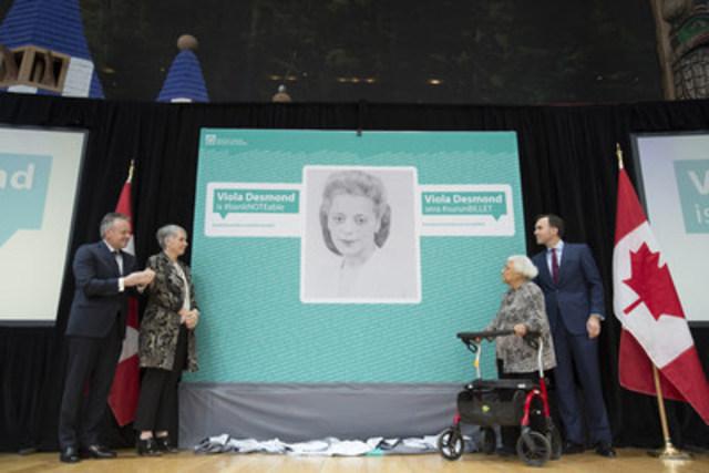 Sur la photo [de gauche à droite] Stephen S. Poloz, gouverneur de la Banque du Canada, Patty Hajdu, ministre de la Condition féminine, Wanda Robson, sœur de Viola Desmond, et Bill Morneau, ministre des Finances (Groupe CNW/Banque du Canada)