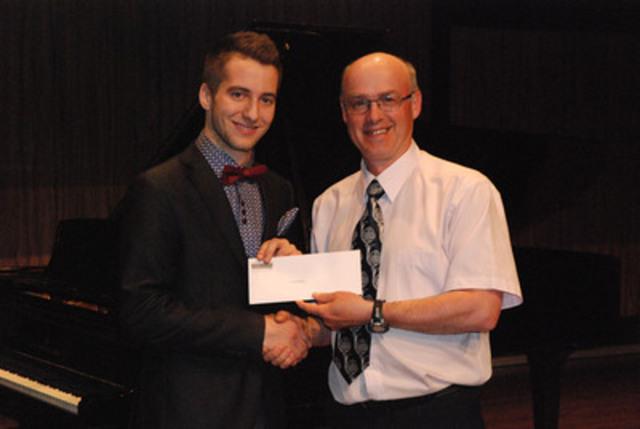 Vincent Rancourt recevant la bourse pour engagement social des mains d'un représentant de la Financière Sun Life.  (Groupe CNW/Conservatoire de musique et d'art dramatique du Québec)