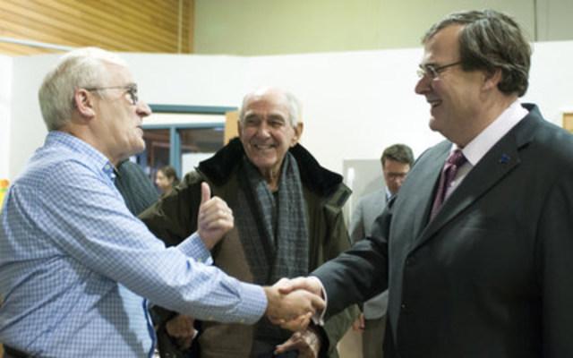 Le ministre de l'Emploi et de la Solidarité sociale et ministre responsable de la région de la Capitale-Nationale, M. François Blais, discute avec deux bénévoles de l'organisme La Baratte, MM. Maurice Dionne et Marcel Martel. (Groupe CNW/Cabinet du ministre de l'Emploi et de la Solidarité sociale)