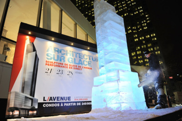 L'artiste-sculpteur Nicolas Godon, à l'oeuvre devant public, jeudi soir, au pavillon des ventes de L'Avenue, alors qu'ils complétait sa sculpture de glace de 5 mètres de haut, à l'effigie de la tour L'Avenue, le projet de condos développé par la firme Broccolini, en face du Centre Bell. (Groupe CNW/Broccolini)