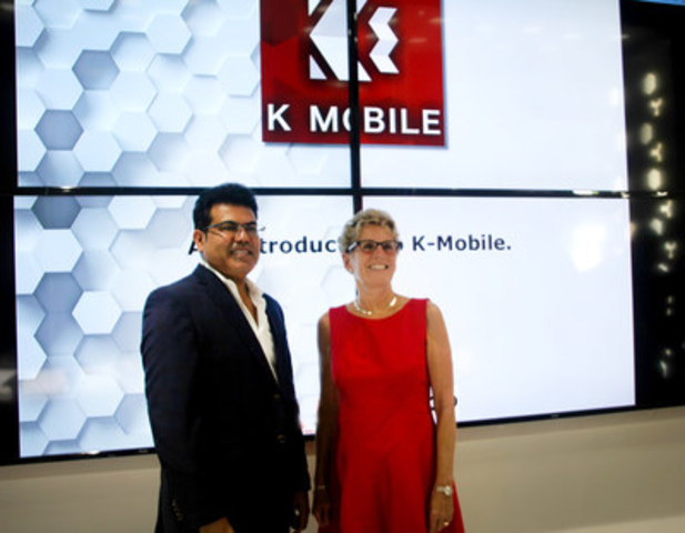 Premier Kathleen Wynne joins K-Mobile CEO Shami Munir for the grand opening of the first of 250 stores across the GTA. (CNW Group/K-Mobile)